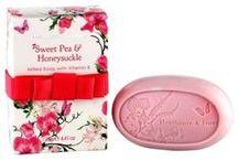 Heathcote & Ivory / En engelsk succesrig producent af smukke luksuriøse toiletartikler. Man har specialiseret sig i at udvikle produkter der er inspireret af kendte mærker som f.eks den engelske tekstilvirksomhed Sanderson. I alle serier findes eksklusive gavepakninger, der er med til at understøtte  den høje kvalitet.