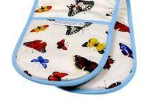 Tekstiler hos Smag på Bordet / Skønne tekstiler og tasker i romantisk engelsk design, med forskellige søde og smukke motiver. Her kan finde inspiration og se et udvalg af vores skønne tekstiler og tasker med motiver af blomster, fugle, sommerfugle, katte og hunde.