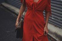 Rote Kleider | Sommer Outfits / Rot ist eine tolle Farbe für den Sommer und deshalb sehen besonders rote Kleider in den Sommermonaten toll aus. Hier findet ihr inspirierende Outfits und Street Styles für heiße Temperaturen.