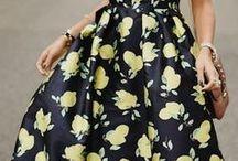 Zitronen Print | Trend Outfits / Sommerliche Prints mit Zitronen versprühen diesen Sommer Retro Vibes und erinnern an das La Dolce Vita und die Mode der 50er und 60er Jahre. Nachdem zuerst High Fashion Labels wie Dolce & Gabbana und Stella McCartney die Zitrusprints gezeigt haben, gibt es sie jetzt auch im High Street Segment zu kaufen.