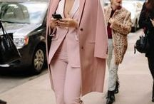 Girl Boss Trend: Hosenanzug stylen / Der Hosenanzug ist ein Klassiker, der seinen Ursprung in der Herrenmode hat. Im Zuge des Girl Boss Movement hat der maskuline Zweiteiler seinen Weg in die Mode von feministischen Frauen und Fashionistas gefunden. Wie man zusammengehörige Blazer und Hosen jetzt stylt, zeigen die Hosenanzug Kombinationen auf dieser Pinnwand.