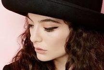 LORDE / Ella Yelich-O'Connor, más conocida por su nombre artístico Lorde, es una cantautora neozelandesa. A los 12 años de edad, firmó un contrato con la discográfica Universal Music, gracias a Scott Maclachlan, su futuro mánager