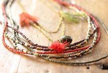 Les bijoux en pierre de rocaille / Maxi collier, manchette dorée, perles de rocaille, plumes et pompons, deviennent des indispensables à porter sans modération !