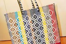 Grand cabas ethnique coloré / Cabas coloré en plastique recyclé, tissé à la main par des créateurs mexicains. Idéal pour profiter des beaux jours, faire une virée shopping, aller pique-niquer ou à la plage cet été.