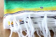 Sarape mexicain coloré / Couverture colorée, qui sert de décoration de table, de lit ou de canapé. Le sarape mexicain est aussi utilisé comme décoration murale ou même comme tapis.Les extrémités sont pourvues de franges. Comme chaque sarape est fabriqué individuellement, il est unique !