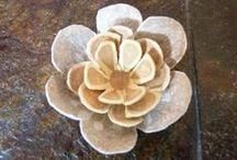 des fleurs / en carton,en pierre, en tissus etc.....