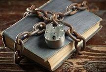 Omstreden / Door de jaren heen zijn talloze boeken verbannen omdat zij een onjuist beeld zouden schetsen van politiek, religie of gewoon een flinke portie seks bevatten. Banned books