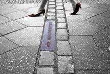 Grenzen / Maand van de Geschiedenis 2016, thema: Grenzen. Van de Chinese muur tot het IJzeren gordijn, van sociale scheidslijnen tot culturele of mentale barrières: Een grens markeert, verbindt en verdeelt. Geen enkele grens is absoluut en eeuwig. Dat heeft de geschiedenis ons ook duidelijk gemaakt.