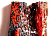 Wood never dies / Il legno non muore mai. Affermazione che risale ad una tradizione costruttiva secolare, che ha visto questo materiale impiegato come protagonista nella realizzazione di svariati manufatti. Ma quando anche il legno, immortale per definizione, viene corrotto da anni di uso, abbandono, aggressione degli agenti atmosferici, può ancora essere utilizzato? Da questa domanda (e da molto materiale di scarto accumulato) sono partiti quasi per caso questi lavori....