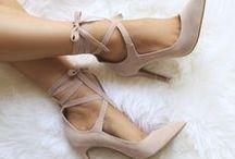 """Uau shoes! / """"Toda mulher deseja o par perfeito. Um para o coração e centenas para os pés!"""""""
