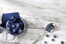 Blaubeere: Köstlich saftig / Blaubeeren haben es in sich. Ein Abc an Vitaminen, wertvolle Inhaltsstoffe wie Eisen, Calcium und Magnesium, jede Menge Geschmack und nicht zuletzt eine intensive, schöne Farbe. Wir haben uns von dem kleinen Früchtchen inspirieren lassen und bringen den bezaubernden Beerenton frisch aus dem Obstgarten an die Strümpfe: Für den Tagesbedarf Lebensfreude!
