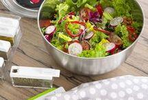 Küche leicht gemacht / Selbstgemachtes Essen ist einfach köstlich. Wenn dann noch die richtigen Helfer bei der Zubereitung zur Hand gehen – perfekt! Darum gibt's bei EMSA alles, was die Herzen von Kochfans höher schlagen lässt. Egal ob Salatschleuder, Mixbecher oder Gemüseschneider – so macht raspeln, schneiden und servieren einfach Spaß!