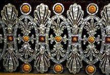 SEDEF SANATI ☾☆ TÜRK OSMANLI SANATI. / İlk çağın en eski uygarlıklarında görülmekle birlikte, sedefin eşyada süs ögesi olarak uygulanışı çok sonradır. Her ne kadar bazı kaynaklar Sümer sanatında sedefin traş edilerek ahşaba uygulandığını, Uzak Doğu ve Güney Asya'da Hint Sanatında sedef süslemelere rastlansa da, sedefin en yaygın ve en gelişmiş şekliyle Türk-Osmanlı Sanatında görüldüğü bilinmektedir.