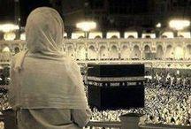 ♥ KABE ♥ / Dünya'daki bütün Müslümanlar, nerede olurlarsa olsunlar, namazlarını Kâbe'ye dönerek kılarlar.Kâbe'nin olduğu yöne kıble denir. İslâm'ın beş temel şartından biri olan Hac sırasında Kâbe; farz olan ziyaret tavafı ve vacib olan veda tavafı ile en az iki kere tavaf edilir.  Tavaf sırasında dönülen her bir tur'a ise şavt denir. Tavaf ayrıca Umre'nin de şartları arasındadır. Hac sırasında yaklaşık 6 milyon hacı toplanarak aynı gün tavaf yaparlar.Vikipedi, özgür ansiklopedi
