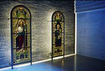Utsmykking i Bøler kirke, Oslo / Glassmaleriene fra 1800-tallet hørte opprinnelig hjemme i gamle Aker kirke, men ble tatt ut under en restaurering på 1950-tallet. Nå har det blitt børstet støv av de gamle skattene, og kunstverkene kan igjen beundres - denne gangen i kapellet i nye Bøler kirke. Nyfelt og Strand Interiørarkitekter utarbeidet en løsning med en mobil stålramme med integrert LED-lys.