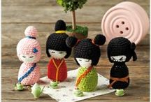 Simply Häkeln 01/2014 / Kalte Tage bedeuten Hochsaison für Häkel-Begeisterte. Die passenden Häkel-Trends für dieses Frühjahr hat die neue Ausgabe Simply Häkeln parat. Kokeshi-Püppchen, Loopschal oder Babyschühchen im Maus-Design.
