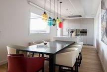INTRA   Cocinas SANTOS / La cocina se vuelca al diseño y se fusiona con otras estancias de la casa. El mobiliario se integra con la arquitectura a través de frentes lisos y sin tirador que, además, refuerzan el concepto de un espacio que no sólo se destina a cocinar.