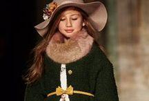 Коллекция Monnalisa осень-зима 2016/2017 / Невероятная Monnalisa приготовила много интересного. ШЕСТЬ коллекций с самыми разными темами: мишка Тедди и Алиса в стране чудес для волшебного дества. Кантри-фолк и городской стиль для модного детства. Шикарные платья и роскошные пальто для особенного детства.