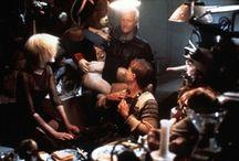 Blade Runner  / Película de ciencia ficción estadounidense, dirigida por Ridley Scott, estrenada en 1982 y basada parcialmente en la novela de Philip K. Dick ¿Sueñan los androides con ovejas eléctricas? (1968). Se ha convertido en un clásico de la ciencia ficción y precursora del género cyberpunk. Obtuvo dos nominaciones a los Óscar.