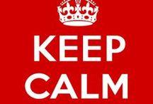 KEEP CALM / Slogan con más de 70 años de antigüedad. El original era Keep Calm and Carry On (Mantén la calma y sigue adelante) y fue diseñado, entre otros modelos, por el Ministerio de Información británico del gobierno en el año 1939, al comienzo de la Segunda Guerra Mundial,  con objeto de animar a los ciudadanos a resistir ante un peligro inminente de invasión nazi.