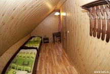 Pokój Wilk / Wilk - pokój dla naszych aktywnych Gości, ceniących spokój wypoczynku i praktyczne rozwiązania. Pokój jest dwuosobowy z łazienką i możliwością dwóch dostawek