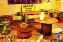 Kolekcja ATTENTION! ATTENTION!  ze strony www.gdel.pl / Kolekcja Attention! Attention! zaprojektowana została z myślą o entuzjastach życia w miejskim gwarze i wiecznie zmieniającej się przestrzeni pełnej placów budowy.  Unikalne niebieskie i zielone krzesełka, blat stołu z koła zębatego czy skrzynka na kółkach to niezastąpione elementy tak urządzonej przestrzeni.  Ale spokojnie – tu wszystko jest bezpieczne i starannie wykonane, więc nie trzeba chodzić w kasku!