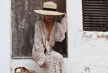 Mode des plages / Blanc virginal, popyy, minimalistes ou parés d'accessoires, les maillots de bain pour faire la différence sur la plage...