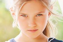 GIRL 6-16 YRS - SS17 / Per le occasioni importanti le ragazze Sarabanda scelgono capi eleganti dall'allure ricercata, nei toni preppy del beige e panna alternati a stampe floreali. Il pizzo e il macramè, che impreziosiscono top e abiti, conferiscono ai capi un aspetto ricercato e bon ton.