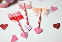 Valentijn / De liefde verklaar je met een valentijnskaart! 14 februari is bij uitstek de dag dat je jouw geheime liefde, partner, zus, moeder of vriendin op een unieke manier de liefde verklaart. Op dit bord willen we je inspireren met valentijnskaarten, romantische beelden en leuke knutsels. Of je nu je geliefde wil laten weten dat je stapelgek op hem of haar bent, je moeder wil vertellen dat ze de beste is of je BFF wil bedanken voor haar vriendschap… voor elke liefdesboodschap vind je hier inspiratie.