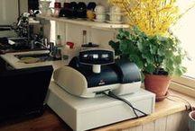 Ekobutik Solgläntan / Vårt mål är en Hållbar Hälsa – För Dig och vår Jord.  I Solgläntan gårdsbutik och ekocafé i Svenshögen hittar du massor av ekologiska, egenodlade grönsaker, torrvaror, hygienartiklar etc samt underbara rawfood tallrikar, gröna smoothies och rawfood kakor. Vi levererar hem till din dörr i stora delar av Södra Bohuslän. På våra kurser lär du dig ekologisk odling, pallkragsodling, raw food, hälsa och permakultur.
