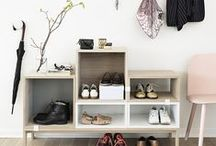 [ Caisse ] ✪ Entrée / L'entrée, lieu de passage entre le monde extérieur et son chez soi, mais également lieu d'accueil, doit être chaleureuse, ordonnée et lumineuse. Quoi de mieux que quelques caisses en bois pour organiser un espace fonctionnel et agréable où chaussures, manteaux, sacs et vides poches trouveront une place privilégiée.