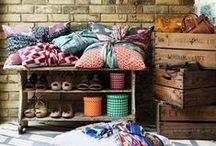 [ Caisse ] ✪ Meuble à chaussures / Un meuble à chaussures sur mesure et évolutif c'est possible : quelques caisses en bois dans l'entrée pour accueillir les chaussures de ville, dans le jardin pour isoler bottes et sabots ou encore dans la chambre pour composer le parfait shoesing... Get inspired !