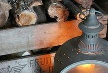 [ Caisse ] ✪ Abri & Porte bûches / Comme une évidence, des bûches dans une caisse de bois à proximité de la cheminée pour alimenter le foyer et créer simplement une ambiance authentique et chaleureuse. Instant cocooning !