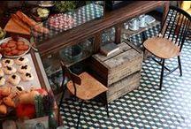 [ Caisse ] ✪ Café, Hôtel & Restaurent / L'ambiance d'un Café . Hôtel . Restaurant est un facteur clé de réussite et c'est encore plus vrai pour un espace à thème. Posséder des locaux flexibles, avoir la possibilité de modifier l'agencement au fil des animations renforce le dynamisme du lieu. L'esthétisme intemporel des caisses en bois est au service de l'identité du lieu. Les compositions s'adaptent à l'espace et au rythme du lieu :-)