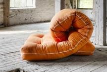 Karup / Karup http://karup.eu/index.html  Il futon come non lo avete mai immaginato. Se amate la filosofia del materasso giappone non potrete che appassionarvi alle stilose declinazioni create dai desiger danesi di Karup. Una collezione di oggetti da lasciare senza fiato: colori, forme e materiali disegnano una nuova filosofia di vivere, riposare, accogliere ospiti e vestire lo spazio.