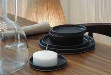 Objetos / Canastos, bolsos, objetos en cerámica, bandejas, floreros en vidrio, candelabros y accesorios para la decoración.