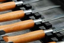 Secrets de fabrication / Retrouvez les secrets de fabrication du célèbre couteau Opinel. Entièrement fabriqué en Savoie, votre Opinel passe par différents ateliers avant d'arriver en vente : atelier Bois, atelier Acier et atelier Montage.