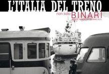 L'Italia del Treno - Non solo Binari / Ferrovie che non usano i treni. Ferrovieri vestiti da marinai. Camion con il logo FS, carri merci carichi di arance e carrozze barellate ritraggono un'Italia operosa e indaffarata, che cresce e ha bisogno di muoversi.
