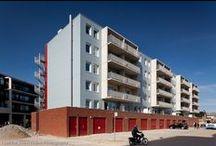Heerhugowaard, Hortensiaflat / Renovatie, 1 flat met 40 woningen. Verwijderen oude balkons en galerijen (consoles afgekeurd). Vervolgens enginereeren, leveren en monteren van nieuwe consoles & galerijen en wandschijven & balkons van beton.