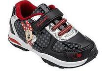 Seela / Vaatekoko 110 cm. Collegehousuissa voi mennä 104 cm. Sukat ja kengät 28. Hatut 52. Myös muut samantyyliset vaatteet ja lelut käyv