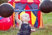 So ein Zirkus: Party zum 1. Geburtstag / Der erste Geburtstag! Feiern mit dem Motto Zirkus. Manege frei, hier kommt eine löwenstarke Kinderparty: Löwen, Elefanten und Clowns feiern mit. Ideen und Inspiration für deine Zirkus Party.