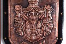 BRASÕES DE FAMÍLIA  (COAT OF ARMS) - ARTE EM METAL / Latonagem - Repujado - Metal Embossing - Repoussé - Prata Boliviana - Metaloplastia - Metalurgia