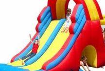 Gonfiabili / Noleggio gonfiabili da interno e da esterno per compleanni e feste, strutture con scivoli per bambini e campi da calcio gommosi.