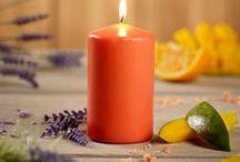 Parfum Plus / Découvrez nos bougies et huiles parfumées pour un chez soi qui sent toujours bon ! ✎ « Lovely Lily », une odeur florale harmonisante. ✎ « Cosy Cotton » et son parfum de draps fraîchement lavés. ✎ « Green Ginger » et son mélange enivrant de gingembre, de piment et de citronnelle.✎ « Bohemian Berry » et sa combinaison tonifiante de baies mûres et de roses. ✎ « Mighty Mango » et son odeur douceâtre et rafraîchissante. ✎ « Spring Sakura » et ses odeurs de printemps et d'arbres fleuris.