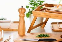 Kitchen Toppers / La cuisine est au cœur de chaque foyer. C'est souvent la pièce la plus vivante de la maison où règne le désordre. ✎ Quelques éléments en bois peuvent créer une ambiance apaisante.  ✎ N'hésitez pas à utiliser des accessoires noirs. Cette couleur de base soutient l'ensemble sobrement et s'harmonise merveilleusement avec les autres couleurs en donnant à l'ensemble une touche de chic.  ✎ Un peu d'originalité dans vos fourneaux ! Exprimez-la avec vos accessoires ! ✎ Des moules dorés pour les cordons-bleus ! Parfait pour les cordons-bleus ! ✎ Vous pouvez oublier les chichis cet automne et retourner au basique.Un service blanc à table, associé avec du bois, est toujours élégant.