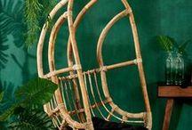 Jungle Fever / L'univers de la jungle s'invite dans votre intérieur à l'aide d'accessoires de maison fabriqués à base de matériaux naturels et de différentes couleurs comme le vert, le noir et le blanc. Le tout afin de créer une ambiance bluffante dans votre cuisine, salle à manger, salle de bains et même dans votre chambre à coucher !  ✐ Une chaise suspendue en rotin attirera tous les regards dans votre univers jungle urbaine.  ✐ Combinez des matériaux naturels avec un accessoire ultra douillet aux textures surprenantes pour un effet luxueux et moderne.  ✐ Créez encore plus de jungle en mettant beaucoup de plantes exotiques, fleurs et feuilles dans votre maison. Mettez-les dans des pots de fleurs aux bords irréguliers ou des vases soufflés à la bouche.  Laissez vous inspirer sur www.casashops.com. Belle visite !