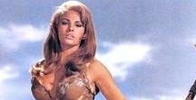 One Million Years B.C. Film 1966 Raquel Welch, John Richardson / Milion let před Kristem. Pračlověk Tumak je vypuzen ze svého divošského jeskynního kmene. Po strastiplné cestě krátce nalezne domov u jiného kmene, civilizovanějšího a žijícího u pobřeží. Avšak i ti ho nakonec vykážou. Nicméně Tumak tentokrát neodejde sám, ale se ženou jménem Loana. Tak jim nezbývá, než bok po boku putovat nehostinnou krajinou a čelit mnoha jejím nebezpečím jako jsou pravěká monstra, nebo mohutné sopečné erupce.
