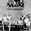 """Metodo Montessori / Il criterio più noto della pedagogia montessoriana è l'educazione all'autonomia del bambino, sintetizzato dal detto """"Aiutami a fare da solo"""". I piccoli vanno accompagnati in un percorso di indipendenza e non """"aiutati"""" sostituendosi a loro nelle incombenze della vita quotidiana. Il metodo Montessori richiede, inoltre, che il bambino possa imparare direttamente dalla sua esperienza, prima con i sensi, poi manipolando e partecipando in prima persona a un'attività concreta."""