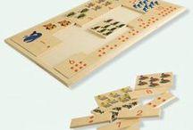 Numeri e Quantità / Per imparare i concetti di numeri e quantità, i giochi matematici per bambini in legno sono un'ottima soluzione. Seriazioni, domino numerici, puzzle e incastri permettono di apprendere facendo un'esperienza concreta. Maria Montessori insisteva su metodi di apprendimento legati a operazioni che si fanno con le mani: per imparare numeri e quantità, Il bambino confronta le dimensioni degli oggetti, impara a contare e, per  mezzo dei puzzle, memorizza la scala numerica.