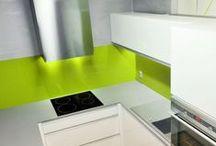 Rekonstrukce bytu v Hradci Králové - realizace 2010 / Rekonstrukce 2+1 v bytovém domě. Zásadním prvkem nebyla změna dispozic, ale maximální využití každé části prostoru. Z původní spojovací chodbičky do kuchyně vznikla technická komora, do které se zároveň prolíná část kuchyně a úložné prostory z koupelny. Nenápadný prvek proskleného nadsvětlíku nad kuchyňskou linkou, přivádí do vnitřní koupelny dostatek denního světla. Oddělené prostory kuchyně a zádveří byly probourány do obývacího pokoje. Vznikl tak vzdušný centrální prostor.
